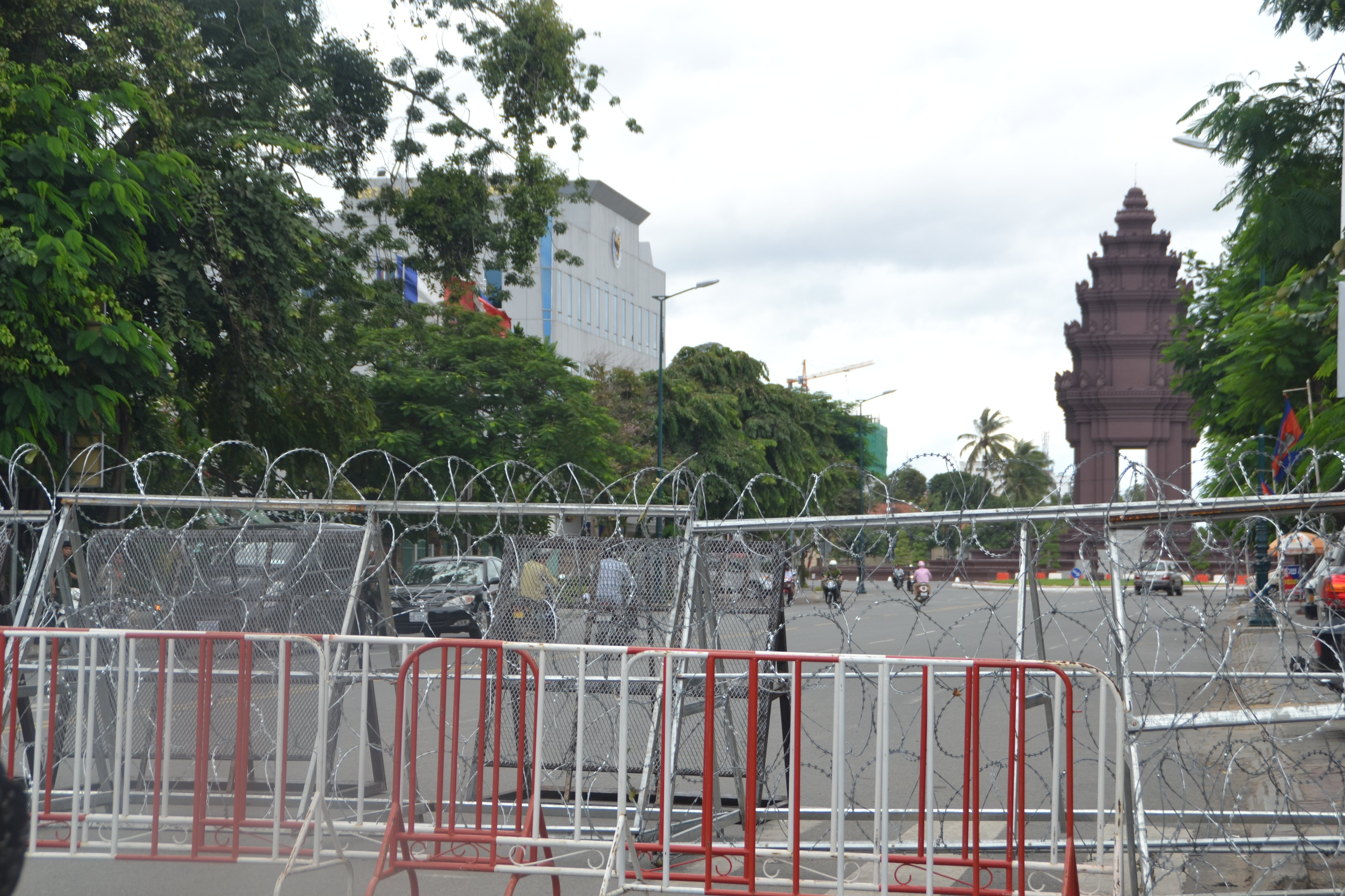 Main roads nearby the National Assembly were blocked in Phnom Penh on 23 September 2013 when the Cambodia's King Norodom Sihamoni convened the first post-election sitting of parliament. Photo by the author, Sopheap Chak (CC BY-ND 2.0).